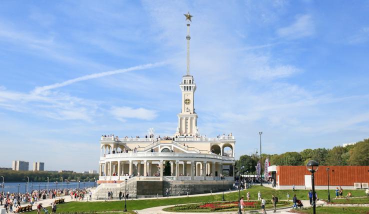 Три раза в неделю Музей транспорта Москвы проводит экскурсию по зданию недавно открывшегося Северного речного вокзала и по территории вокруг него. Фото Василий Кузьмичёнок