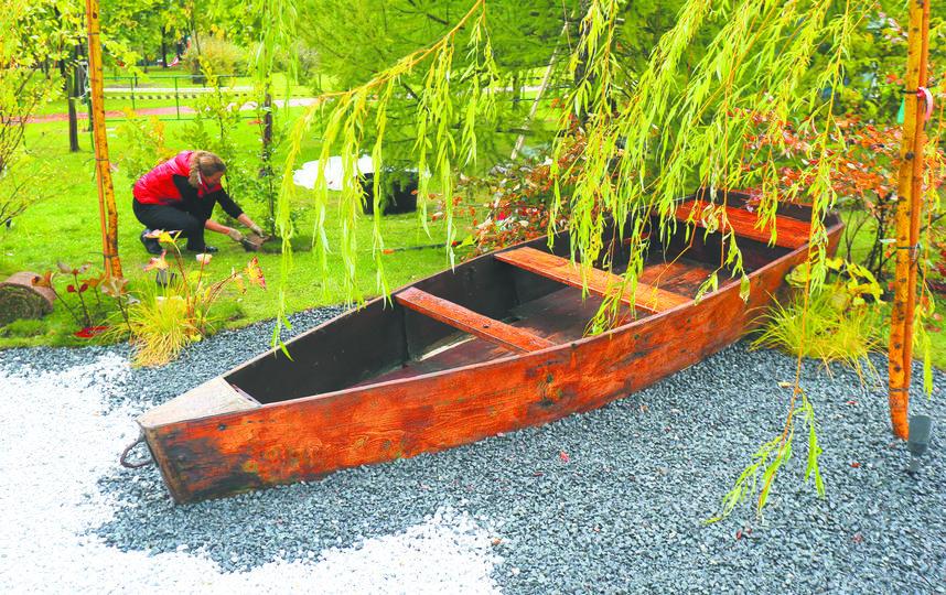 Привезённая из Ярославской области старинная рыбацкая лодка в саду «1775: рождение замысла» символизирует течение времени. Фото Василий Кузьмичёнок