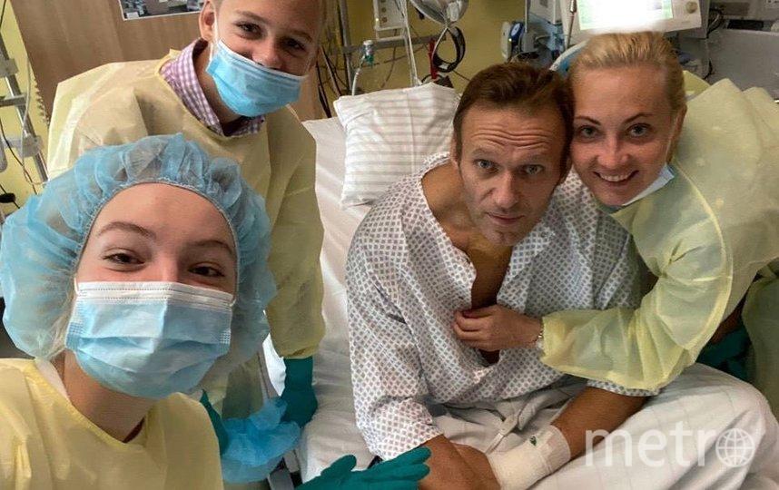 Алексей Навальный с семьей в клинике Charite. Фото AFP