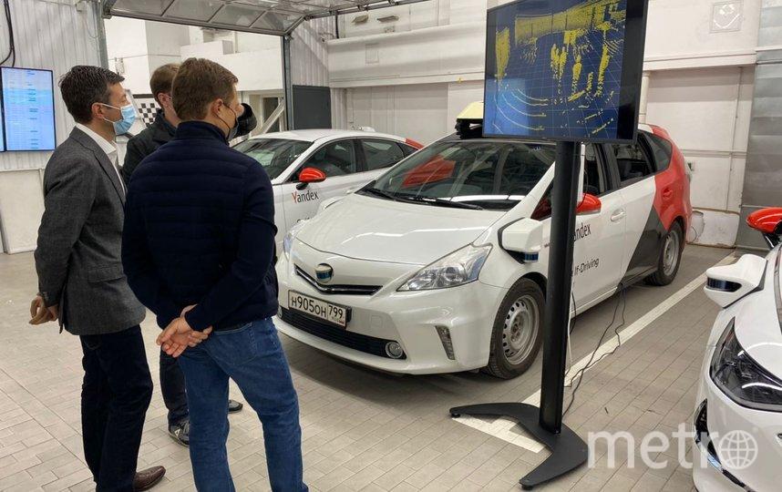 Максим Ликсутов оценил работу беспилотных автомобилей офисе Яндекса. Фото пресс-служба Дептранса Москвы