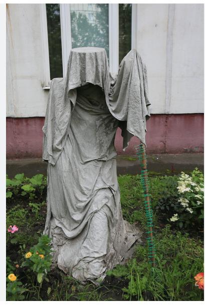 """""""Поделки"""" из цемента и ткани довольно популярны. Эта скульптура, которую назвали Лялей, появилась летом в одном из московских дворов. Фото Василий Кузьмичёнок"""