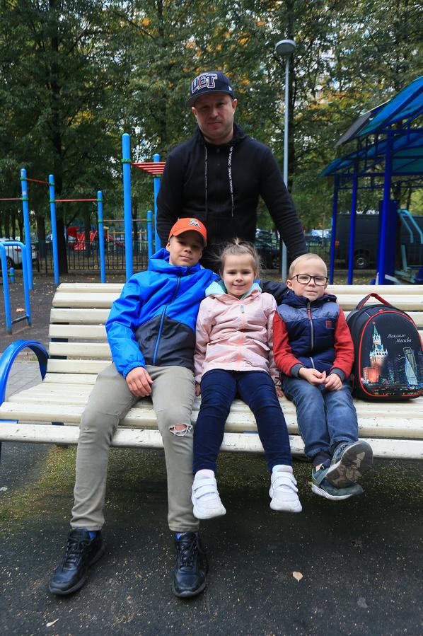 Москва с братом, сестрой и отцом. Фото Василий Кузьмичёнок