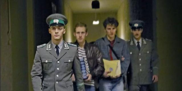 """Кадр из сериала """"Германия 89""""."""