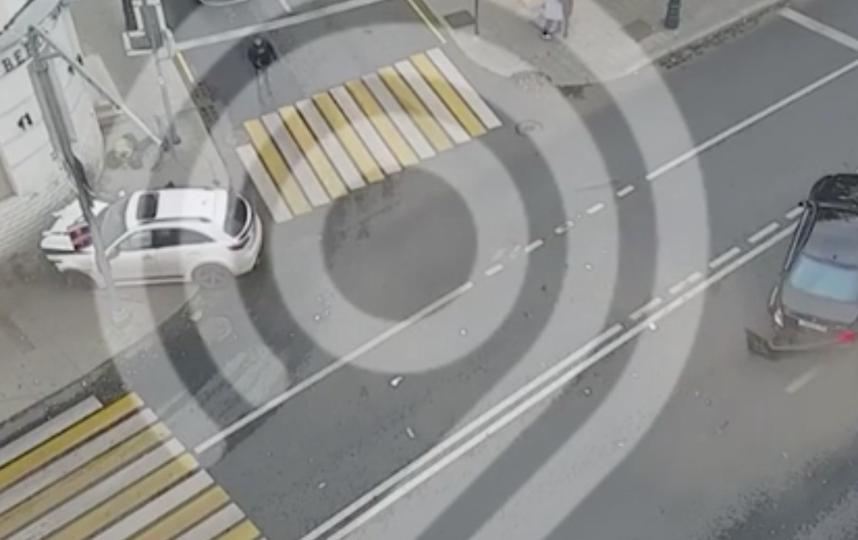 Момент аварии. Фото скриншот с видео департамента транспорта Москвы в Telegram