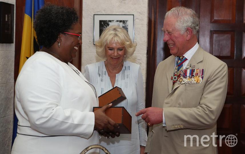 Формально между Великобританией и Барбадосом отношения дружественные. На фото принц Чарльз и его супруга Камилла получают бутылку местного рома на встрече с премьером Барбадоса в 2019 году Мией Моттли. Фото Getty