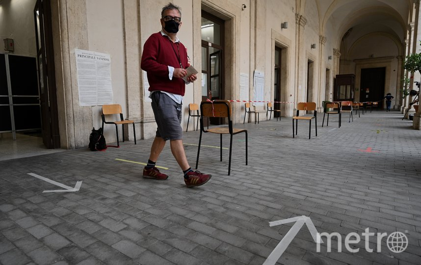Ношение масок во многих странах снова сделали обязательным. Фото AFP