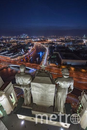 Алексей Гордиенко никак не мог подумать, что статуи на зданиях вблизи окажутся размером в несколько этажей. Поэтому свою работу, сделанную на высотке на Котельнической набережной, он назвал «На плечах гигантов». Фото instagram @ strogolex