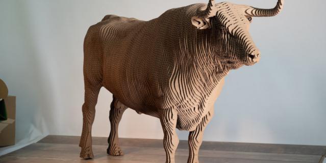 200  слоёв гофрокартона ушло  на быка – самую сложную  и большую работу студии.