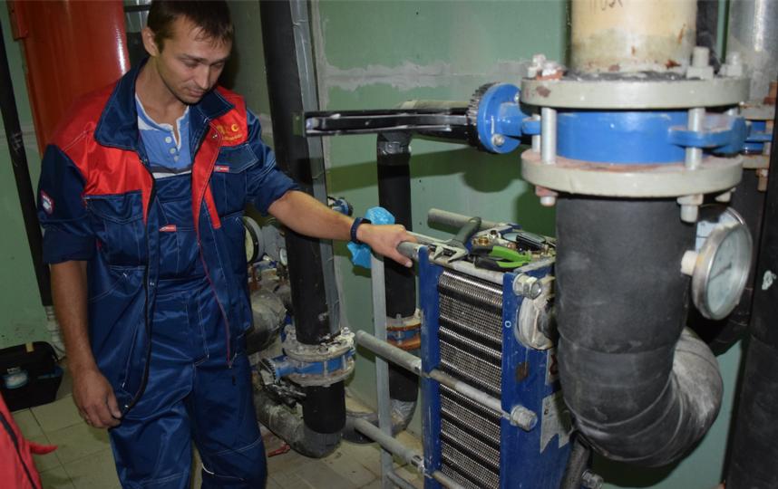 """Специалисты управляющих компаний заранее промывали систему отопления в МКД. Фото """"Metro"""""""