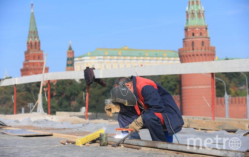 Работы на Большом Каменном мосту ведутся в круглосуточном режиме. Фото Василий Кузьмичёнок