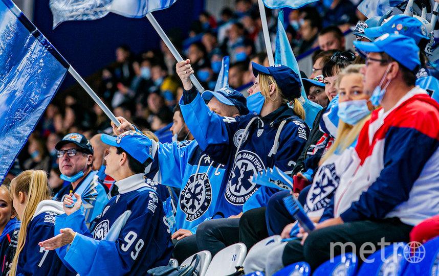 Болельщикам на хоккее тоже бы не помешало тщательнее соблюдать меры предосторожности, чтобы не заразиться. Фото photo.khl.ru
