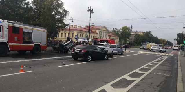 Водитель уснул за рулем и устроил массовое ДТП с перевертышем в Петербурге.
