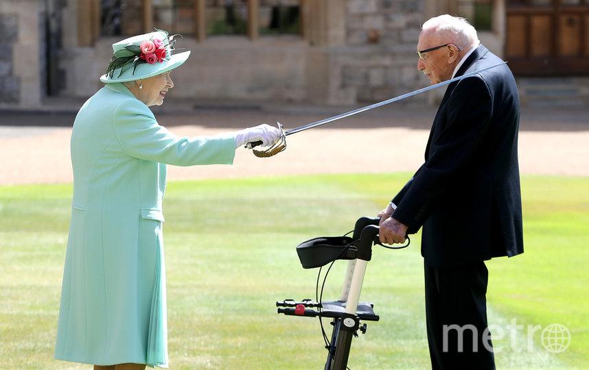 В июле 2020 года 100-летний Том Мур был посвящён королевой Елизаветой II в рыцари. Фото Getty