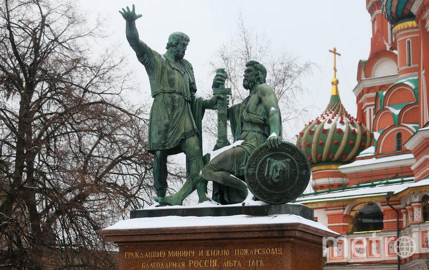 Памятник Минину и Пожарскому в Москве всегда привлекал туристов. Фото Василий Кузьмичёнок