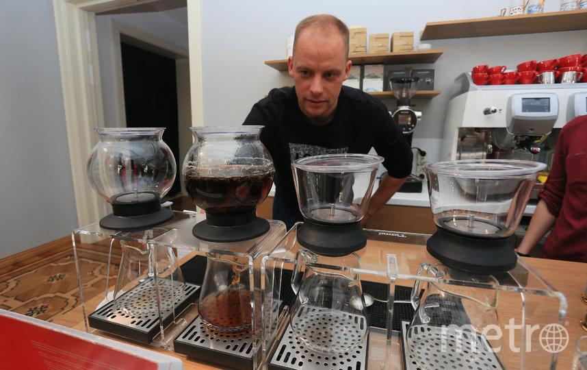 Заваривает чай  Андрей Колбасинов в современных японских чайных колбах. Фото Василий Кузьмичёнок