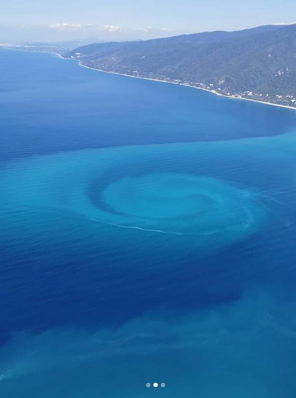 Вода в воронке меняет цвет от темно-синего до ярко-бирюзового. Фото Instagram @gagraparaplan