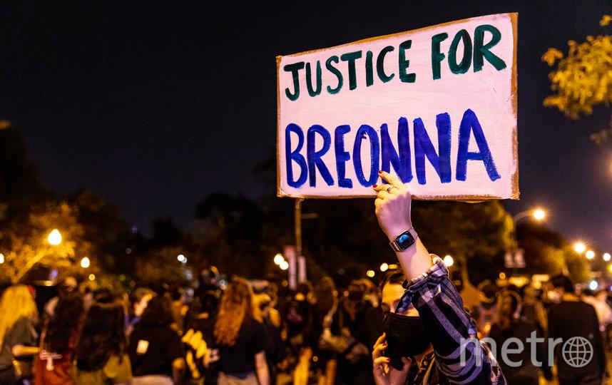 Демонстрации в городе Луисвилл начались на фоне решения властей не предъявлять никаких обвинений офицерам в убийстве афроамериканки. Фото AFP