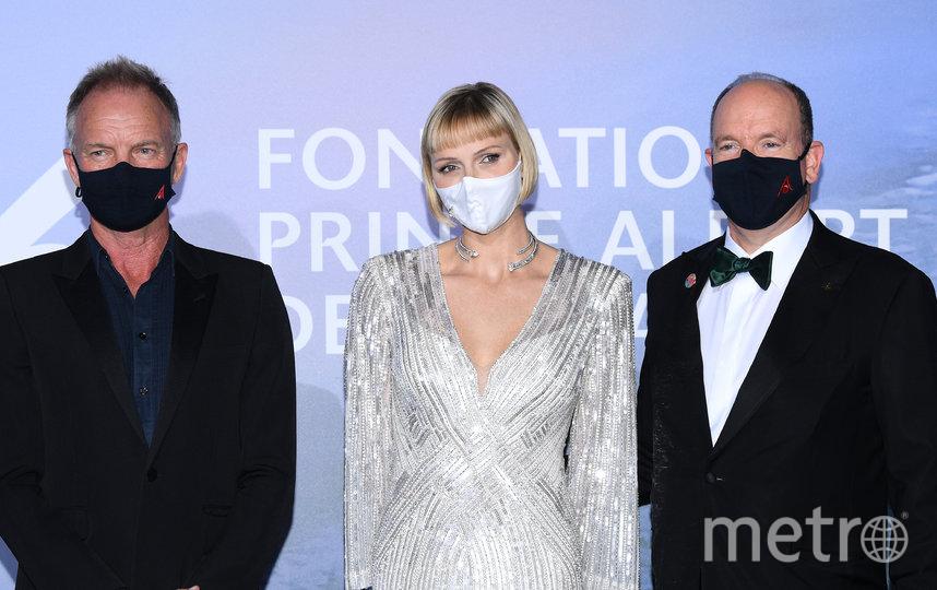 Звезды в масках в Монако. Стинг, принцесса Шарлен и принц Альбер II. Фото Getty