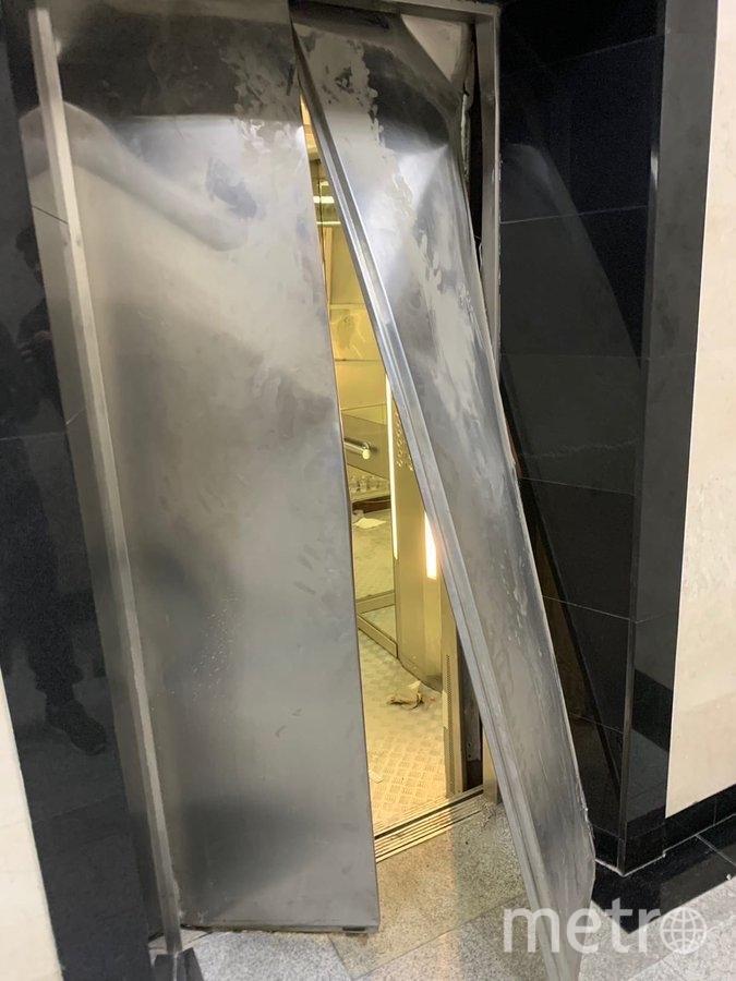 """В пресс-службе МФЮА отметили, что вывернутая дверь на фото """"является следствием не падения кабины, а механического воздействия студентов"""". Фото Фото Krыска Twitter @shxt131"""