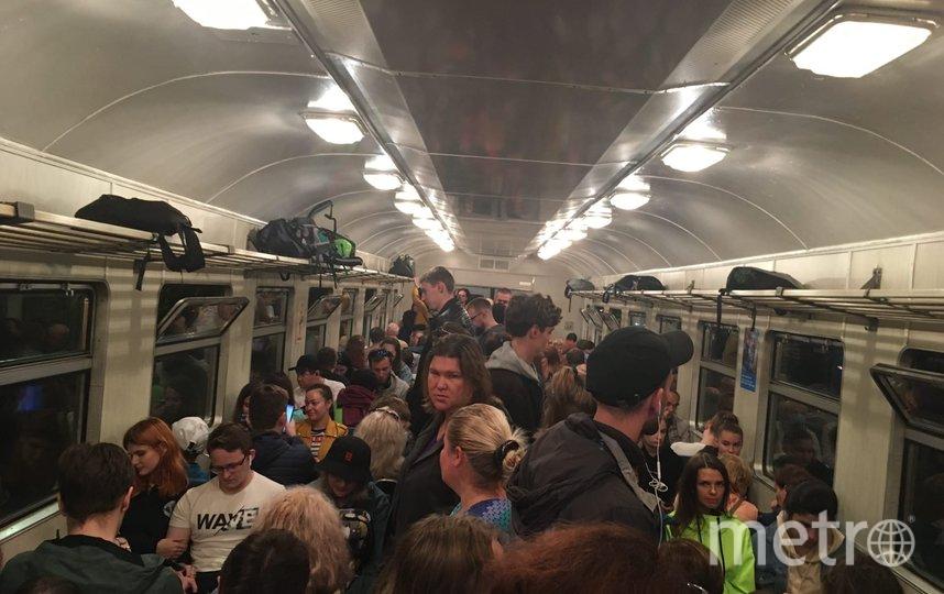 Вот так выглядела в выходные поездка в вагоне петербургской электрички. Люди стоят вплотную друг к другу. Фото Анна Шушпанова, ВКонтакте, vk.com