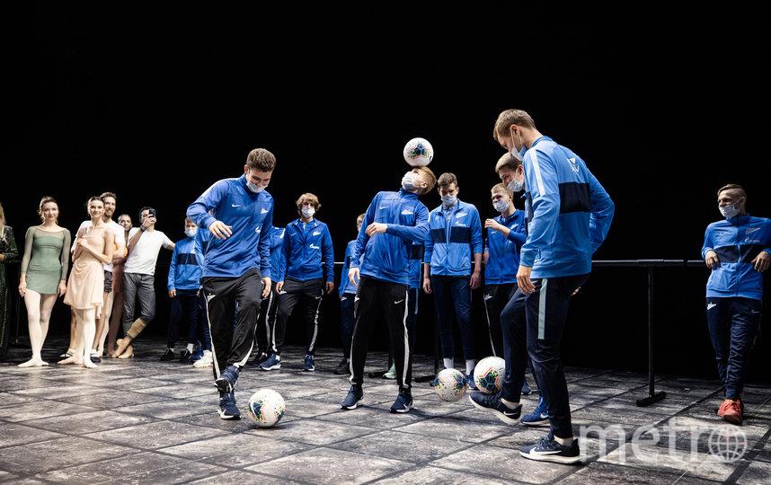 Футболисты «Зенита» пришли на балетный урок в Михайловский театр.