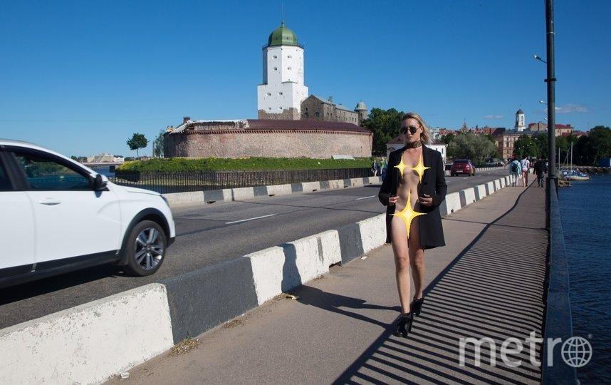 "Обнаженная девушка в плаще. Фото https://vk.com/vyborgvk, ""Metro"""