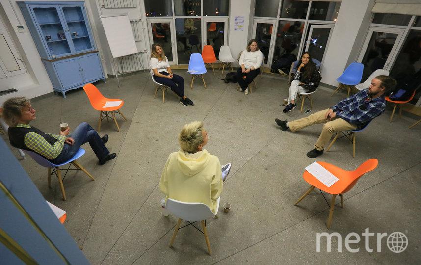 Посетители Death Cafe общаются на одну из самых сложных тем. Фото Василий Кузьмичёнок