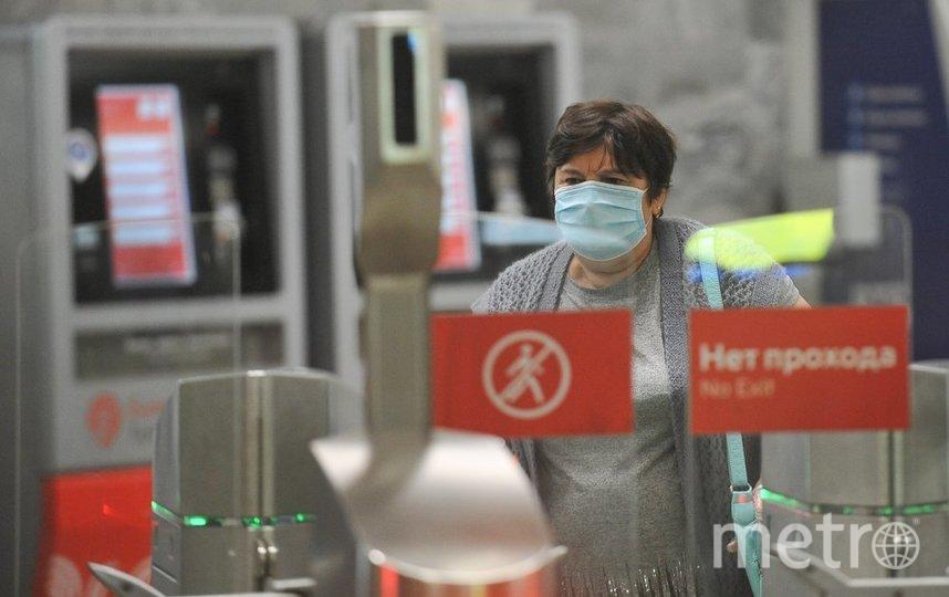 """Число заболевших ежедневно растёт, поэтому в транспорте обязательно в масках и перчатках. Фото Авилов Александр/ агентство """"Москва"""""""