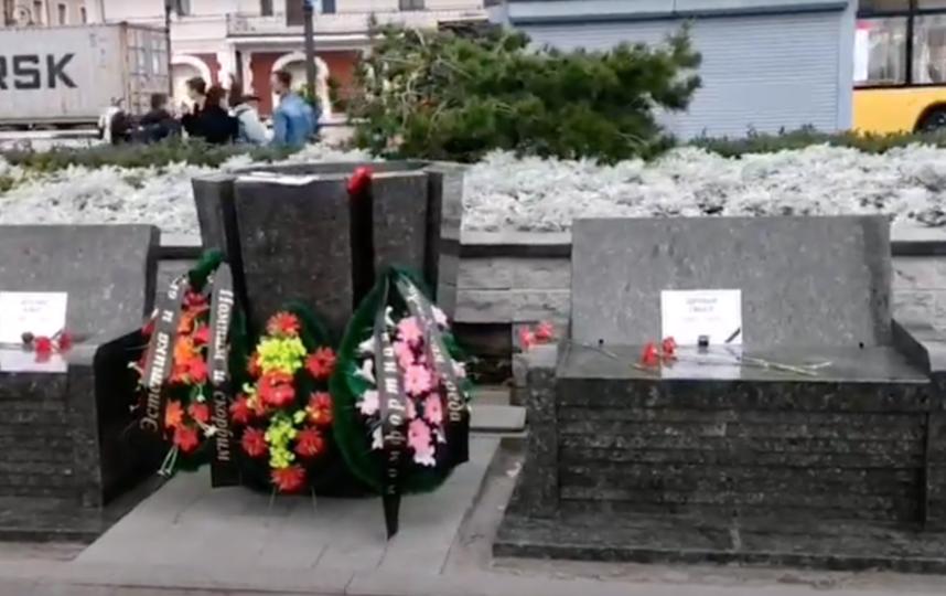 "Гранитные лавочки во Владивостоке. Фото Скриншот YouTube: https://www.youtube.com/watch?v=-0OwD3EcnGs, ""Metro"""