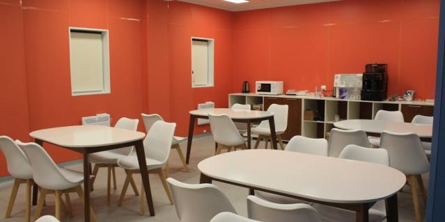 Даже цвет столовой не случаен: оранжевый хорошо влияет на психику.