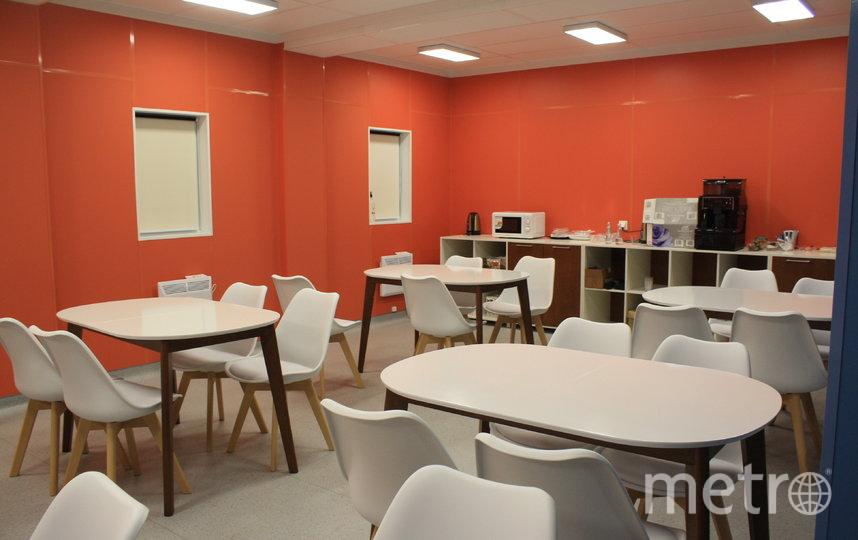 """Даже цвет столовой не случаен: оранжевый хорошо влияет на психику. Фото Карина Тепанян, """"Metro"""""""