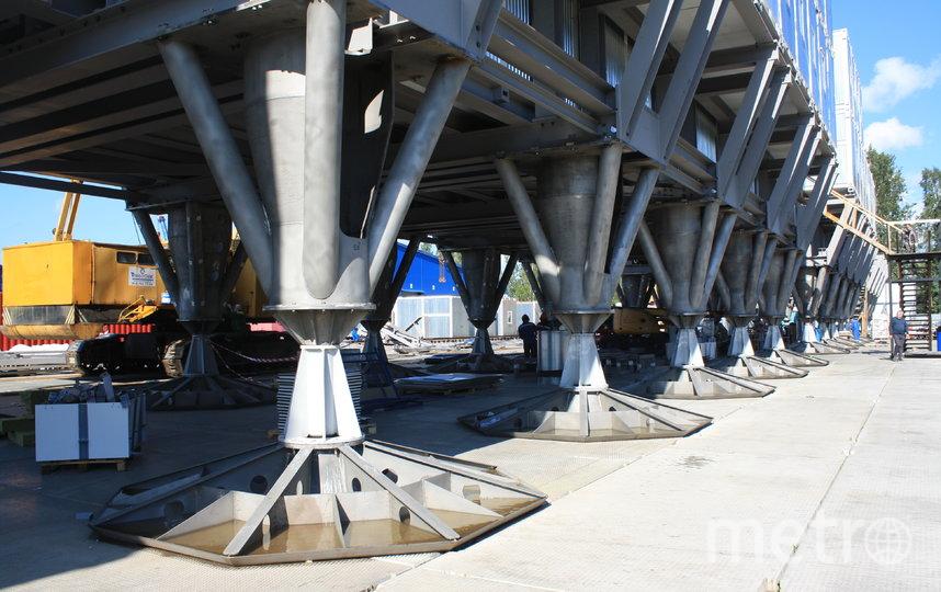 """Станция будет стоять на 36 опорах высотой 3 метра и долго останется незаметённой. Так конструкция выглядела при сборке на гатчинском ОЗСК. Фото Карина Тепанян, """"Metro"""""""