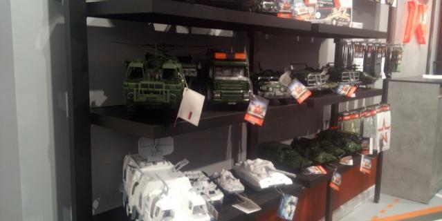 В двух залах размещено более 2000 товаров.