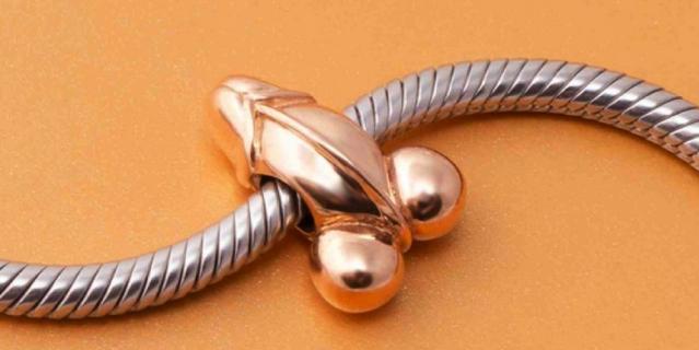 Идея делать ювелирные украшения для врачей пришла Павлу Воробьеву, основателю бренда.