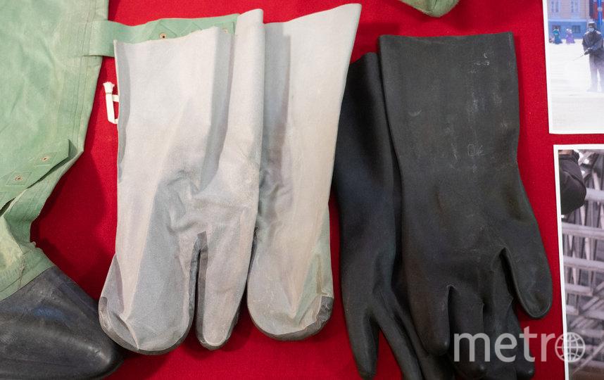 """Два комплекта химзащиты и современные противогазы теперь займут своё место в первой в России экспозиции, посвящённой борьбе с коронавирусной инфекцией. Фото Святослав Акимов, """"Metro"""""""