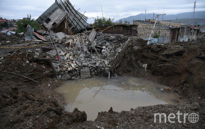 Воронка от взрыва после обстрела в Степанакерте. Фото AFP