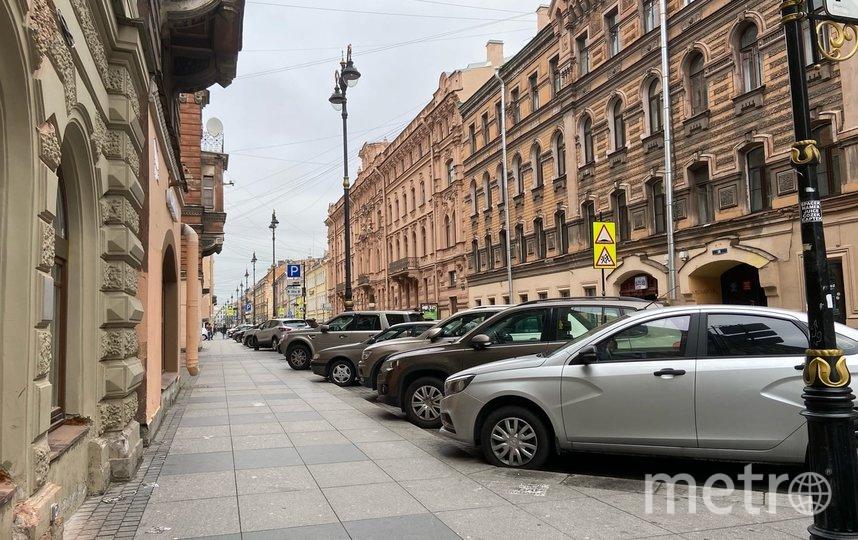 """Сейчас вся улица заставлена машинами. Это значительно визуально сужает пространство. Фото """"Metro"""""""