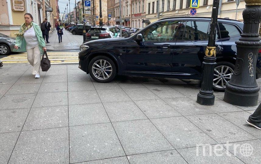 """Некоторые паркуются прямо на тротуаре. Фото """"Metro"""""""