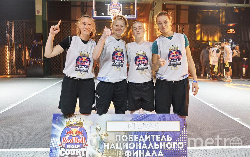 Девушки из Latinas совмещают работу со спортом. Мария Долгополова и Ксения Чернова (в центре) работают тренерами по баскетболу, Галина Шепелява (слева) – педагог по физкультуре в школе, а Яна Нижельская является юристом. Фото  Red Bull | Денис Клеро