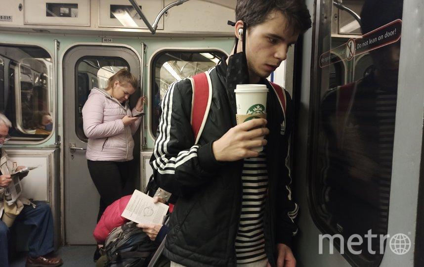 """По наблюдениям сотрудников метрополитена, чаще всего пройти через турникет без маски пытаются молодые люди до 40 лет. Фото Святослав Акимов, """"Metro"""""""