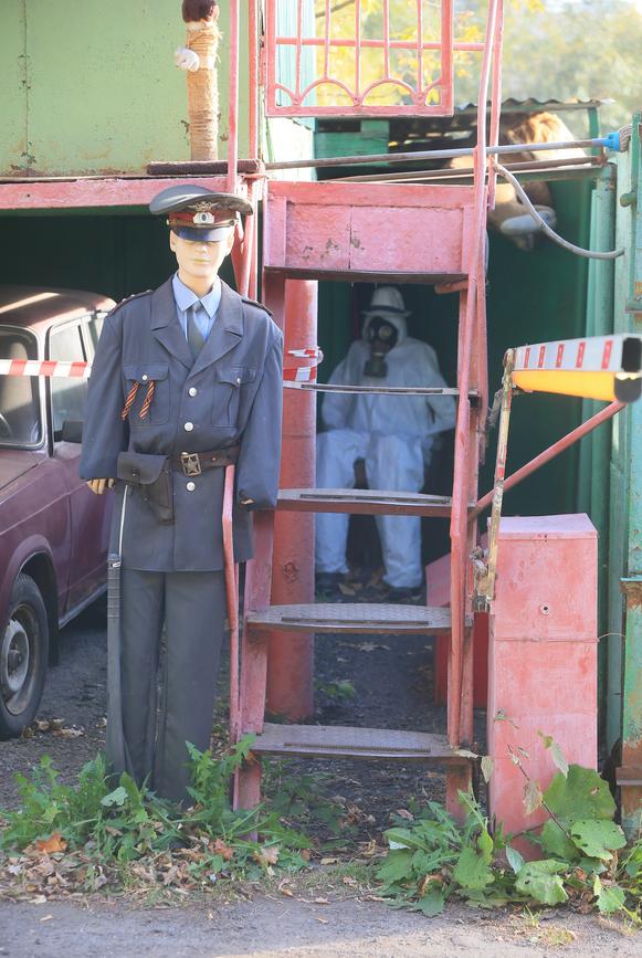Манекены военных охраняют жителей района Гольяново. Фото Василий Кузьмичёнок