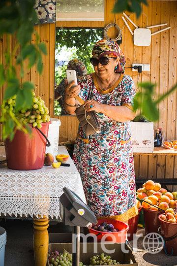 Вместо телеги с персиками и базара теперь смартфон и вайфай. Фото ОЛЬГА МИХАЛЬЧУК