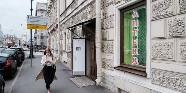 Улица, аптека и фонарь на улице Декабристов.