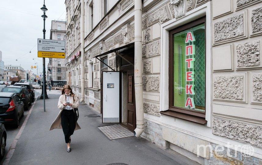 """Улица, аптека и фонарь на улице Декабристов. Фото Алена Бобрович, """"Metro"""""""
