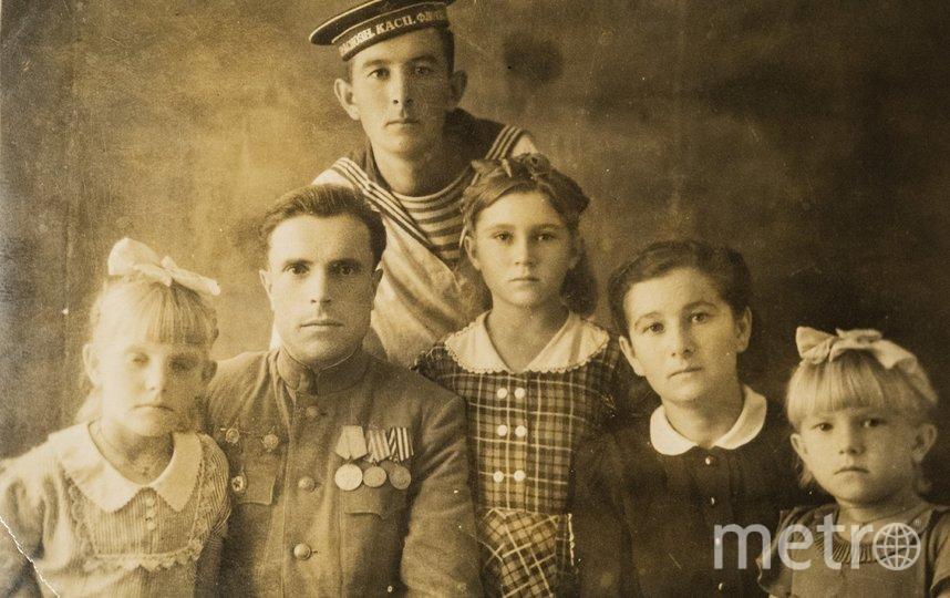 """Семён Панич (в центре с медалями) с женой, дочерьми и другими родственниками. Фото из личного архива Аллы Берсеневой, """"Metro"""""""
