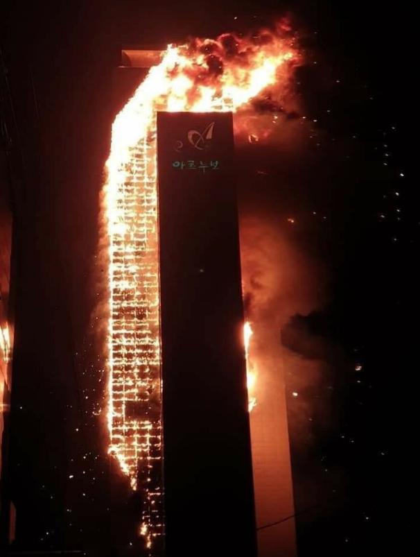 Здание превратилось в 300-метровый пылающий факел.