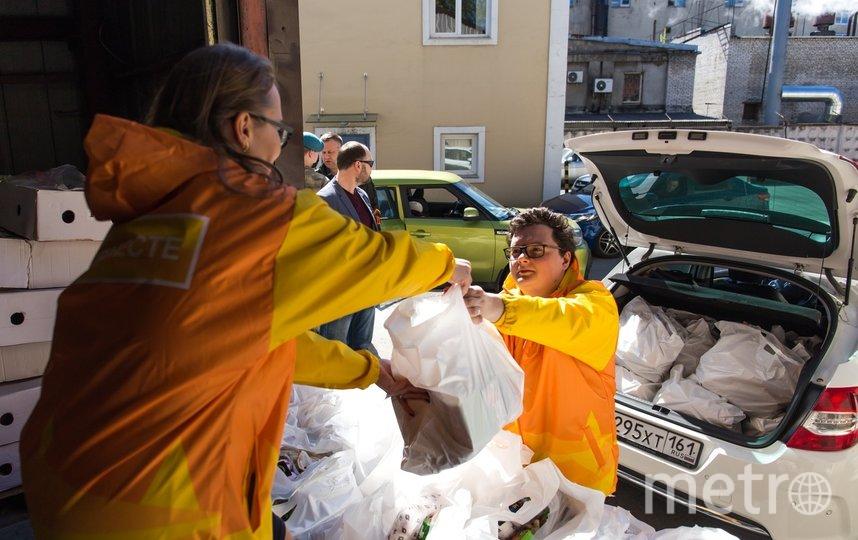 """Самые популярные товары, которые заказывают у волонтеров петербуржцы – хлеб, кефир, картошка, сахар и макароны. Фото Комитет по молодежной политике, """"Metro"""""""