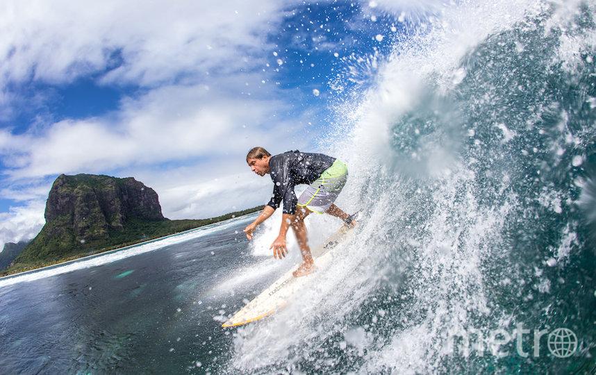 «Когда начался сёрфинг, жизнь стала зависеть от волн: узнаёшь, что где-то будет волна, и, бросив всё, мчишься на другой конец света», – говорит Сева. Фото предоставлено Севой Шульгиным