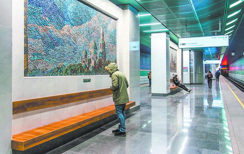 Дизайн станции «Беломорская» выдержан в стиле Русского Севера: светодиодные инсталляции создают иллюзию северного сияния. Фото mos.ru