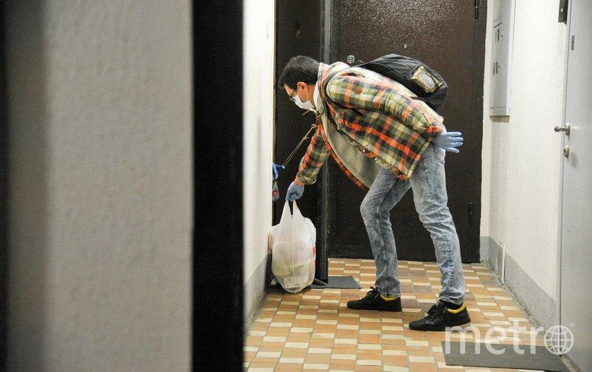"""Соцработник доставляет продукты во время пандемии. Фото АГН """"Москва""""/Александр Авилов"""